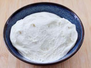 低脂牛肉豆角包,醒发好的面团呈蜂窝状。
