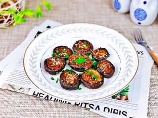 孜然烤香菇,取出装盘,撒上葱花。