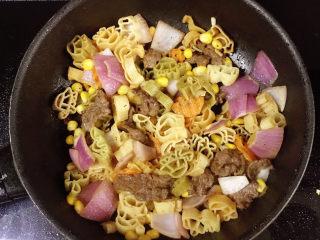 牛肉卡通意面,出锅前放入黑胡椒酱拌匀即可。