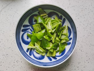 木耳炒山药,青椒去蒂去籽,洗净之后改刀切成小块