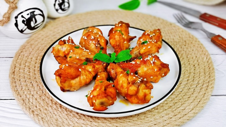 新奥尔良烤鸡腿,取出装盘,撒上葱花。