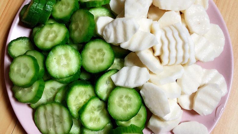 木耳炒山药,将蔬菜切好待用。