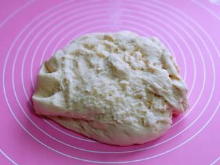 香肠馒头卷,发酵好的面团取出,揉圆排气。