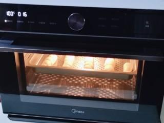 香肠馒头卷,发酵好的面团100度蒸15分钟,断电后焖5分钟再打开。