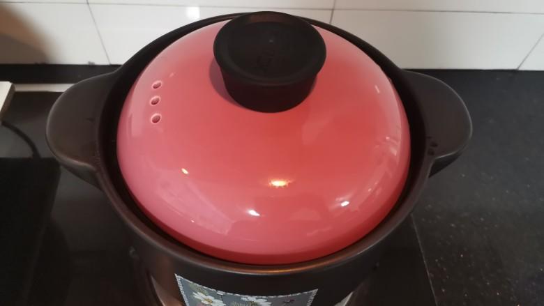 菠菜猪肝粥,盖上盖子烧开转小火煮至小米软烂(期间要经常搅拌)