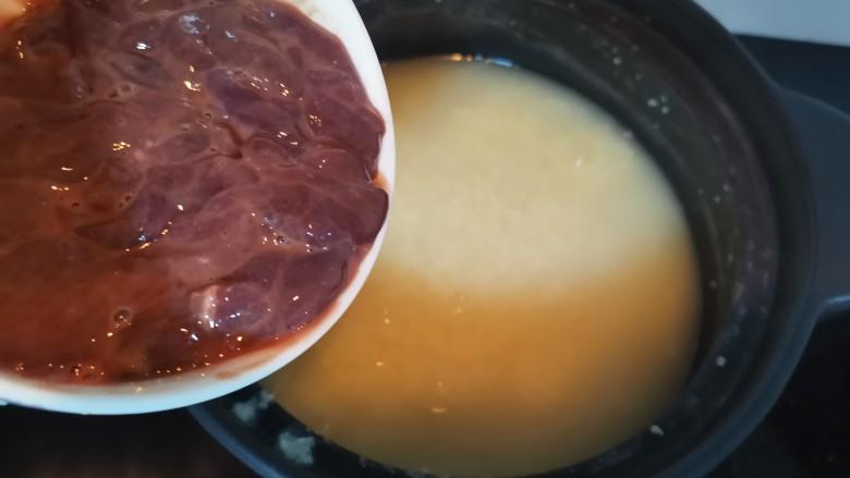 菠菜猪肝粥,猪肝腌好,小米粥也煮熟了,倒入猪肝煮一会儿