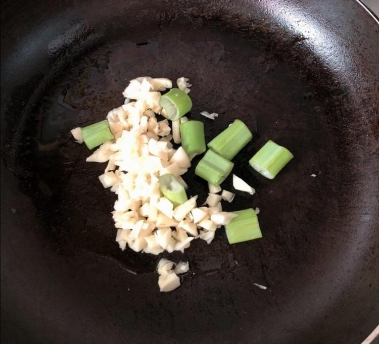 蒜香烤排骨,锅中加少许油,下蒜末爆香,高温后的蒜末香味更浓