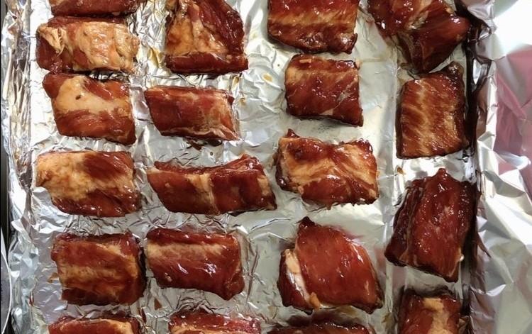 蒜香烤排骨,腌好的排骨放入烤盘码齐