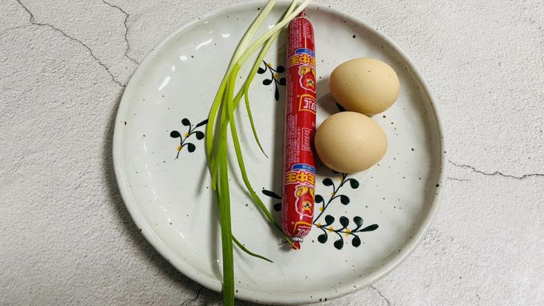 香肠炒蛋,准备好食材