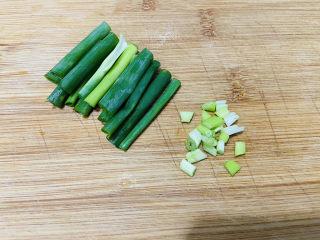 香肠炒蛋,香葱洗净葱白切圈、葱叶切寸段