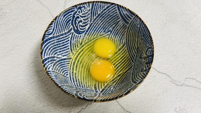 香肠炒蛋,<a style='color:red;display:inline-block;' href='/shicai/ 9'>鸡蛋</a>打入碗中加入少许盐和胡椒粉