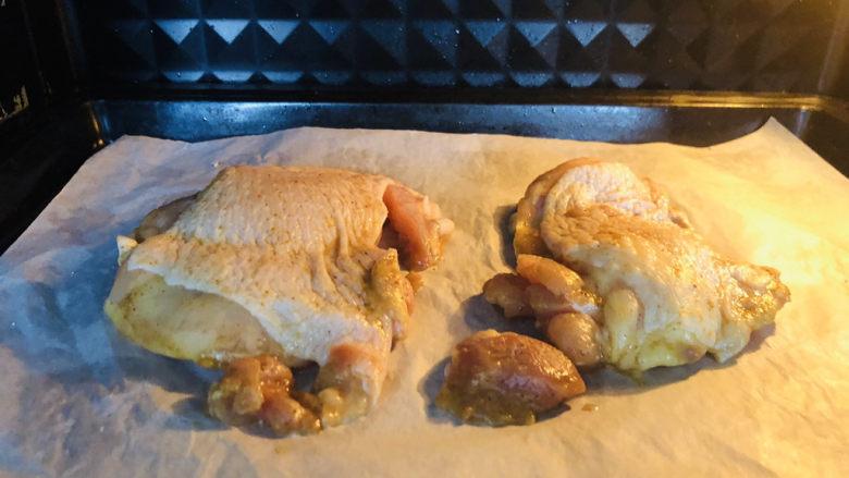 新奥尔良烤鸡腿,提前预热烤箱,上180、下160、时间30分钟,放入烤箱中层先烤制出鸡腿里面多余油脂。