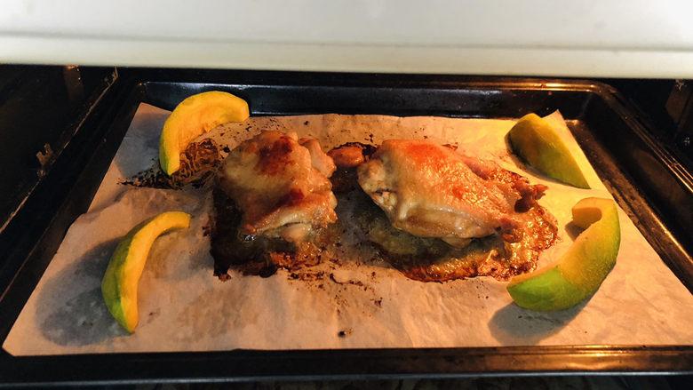 新奥尔良烤鸡腿,表面轻微上色后,取出烤盘翻面,继续送入烤箱。