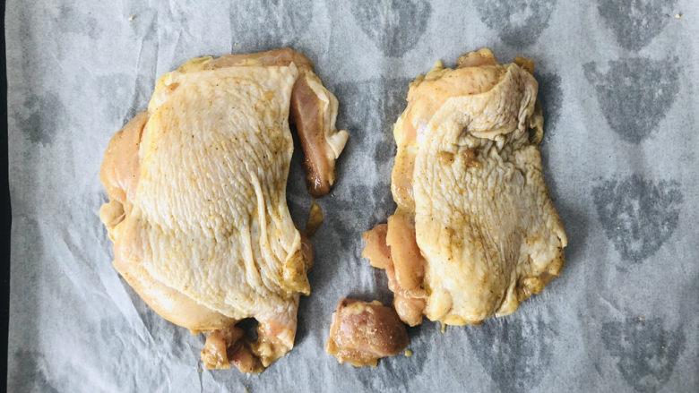 新奥尔良烤鸡腿,烤盘铺张吸油纸,方便清洗烤盘,把腌好的鸡腿放入烤盘中。