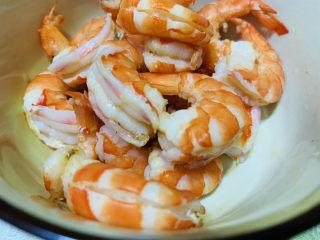 豌豆炒虾仁,剥壳,去虾线