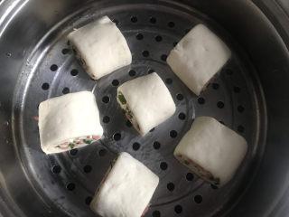 香肠馒头卷,放入蒸屉二次发酵20分钟