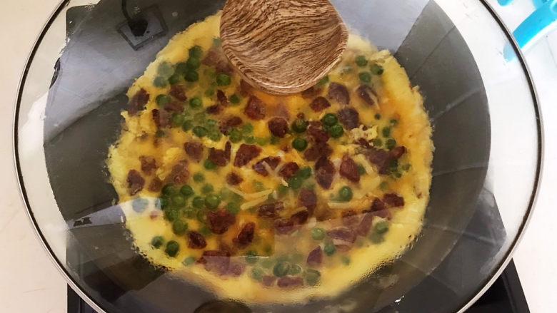 香肠炒蛋,鸡蛋液底部凝固后盖上锅盖,焖2分钟