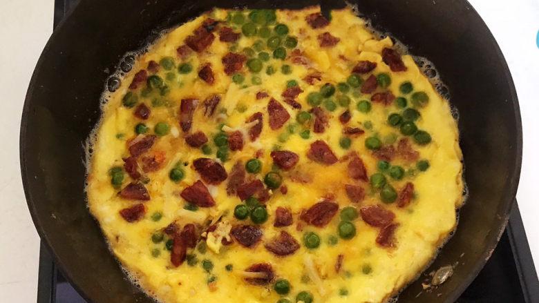 香肠炒蛋,端起炒锅晃动鸡蛋饼,煎制两面金黄即可,香肠炒蛋熟了~