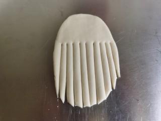 香肠馒头卷,将面皮的三分之二竖着切成条状。