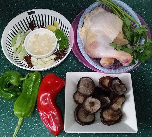 香菇焖鸡,备好鸡腿、<a style='color:red;display:inline-block;' href='/shicai/ 230'>香菇</a>和其它配菜