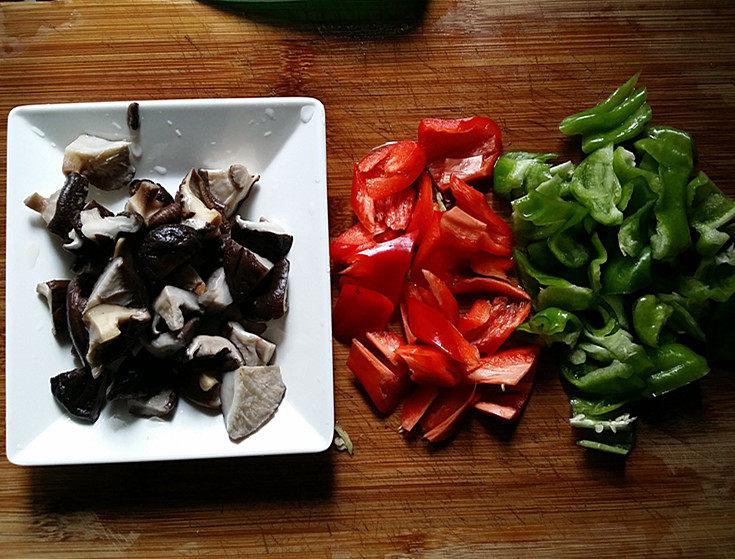 香菇焖鸡,<a style='color:red;display:inline-block;' href='/shicai/ 61'>青椒</a>、红椒和香菇,洗净切片