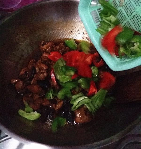 香菇焖鸡,待卤汁渐干时,加入食盐和青红椒