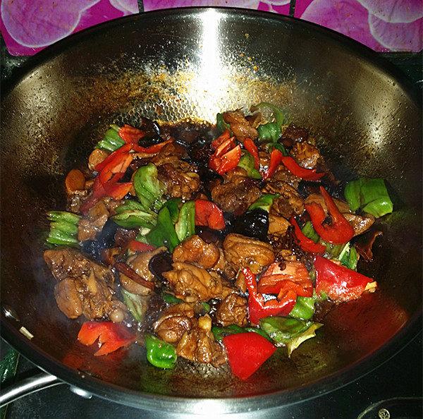 香菇焖鸡,翻炒至青、红椒变色断生