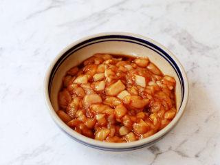 茄汁玉米鸡丁,将鸡胸肉放入容器中,加入1勺料酒、1勺生抽、1勺蚝油、少许盐,抓匀腌制10分钟