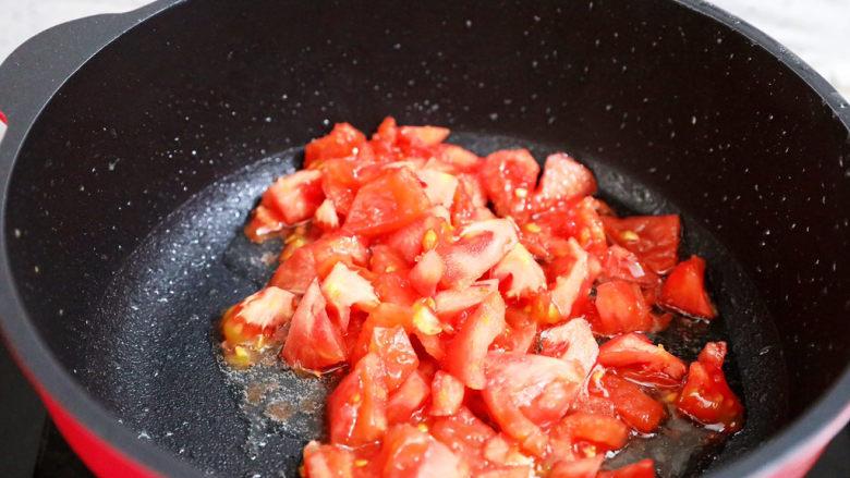 茄汁玉米鸡丁,原锅留底油放入番茄,翻炒出至汁