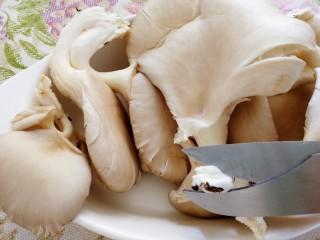 平菇豆腐汤,分开每一朵,减去根部,清水冲洗干净。