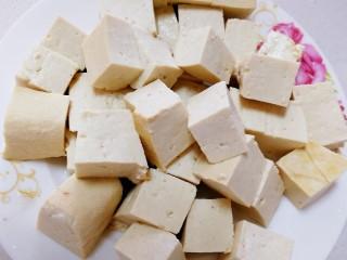 平菇豆腐汤,豆腐切小块,开水烫一下捞出。