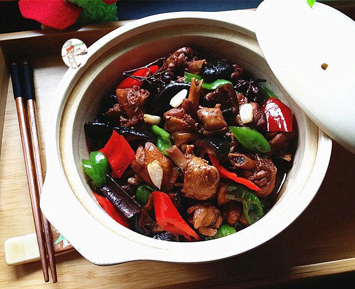 香菇焖鸡,盛出装入砂锅中