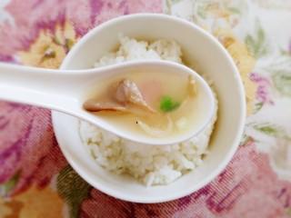 平菇豆腐汤,汤鲜香,平菇脆嫩爽滑,豆腐滑嫩,炎炎夏日喝上一碗平菇豆腐汤,祛湿微微出汗很舒服。