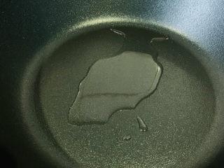 平菇豆腐汤,锅加食用油