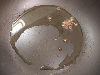 平菇豆腐汤,锅中倒入油,加热至五成热,煸香花椒粒。