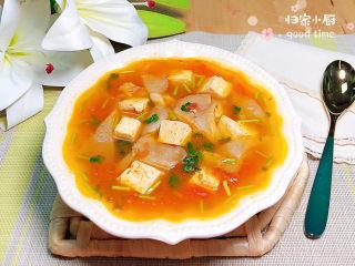 平菇豆腐汤,鲜美微酸的西红柿平菇豆腐汤上桌了。