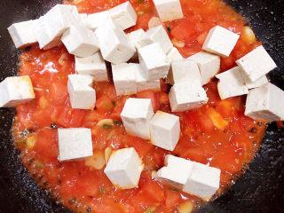 平菇豆腐汤,加入豆腐块儿。