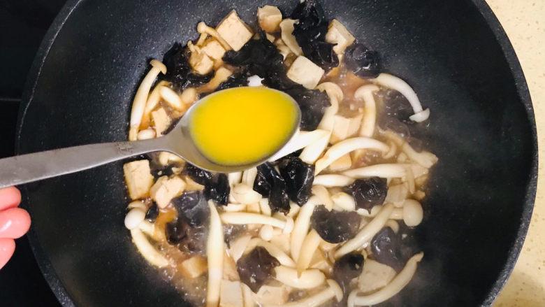 平菇豆腐汤,继续烧开锅后,用勺子将鸡蛋液淋上去,要一勺一勺淋进去