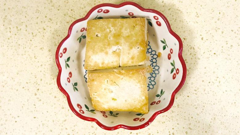平菇豆腐汤,煎好的老豆腐盛出来,切成小块备用
