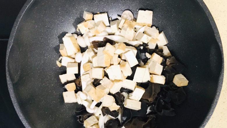 平菇豆腐汤,继续投入豆腐块,继续翻炒断生