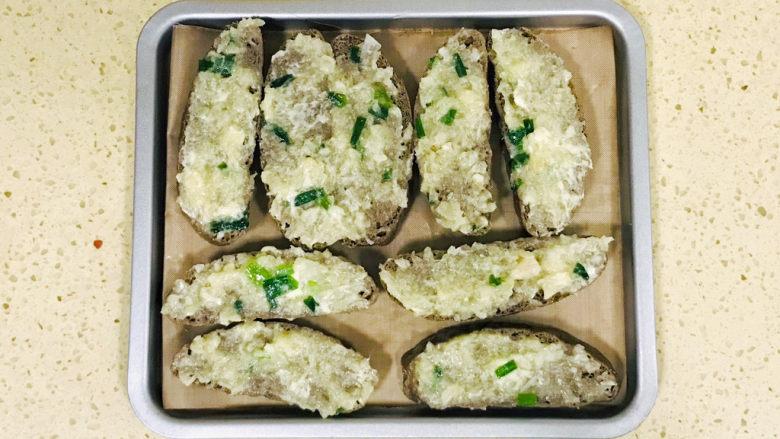 烤馒头片,均匀涂抹上黄油蒜泥