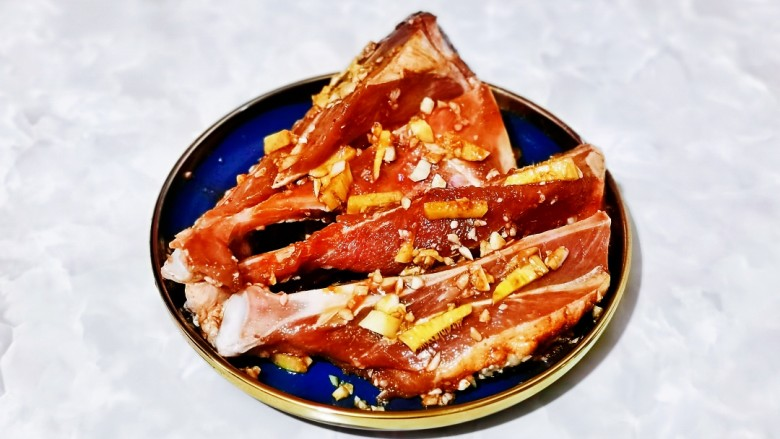 蒜香烤排骨,再次按摩均匀,盖上盖子放入冰箱冷藏腌制1夜。