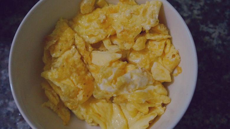香肠炒蛋,放在碗里等待备用