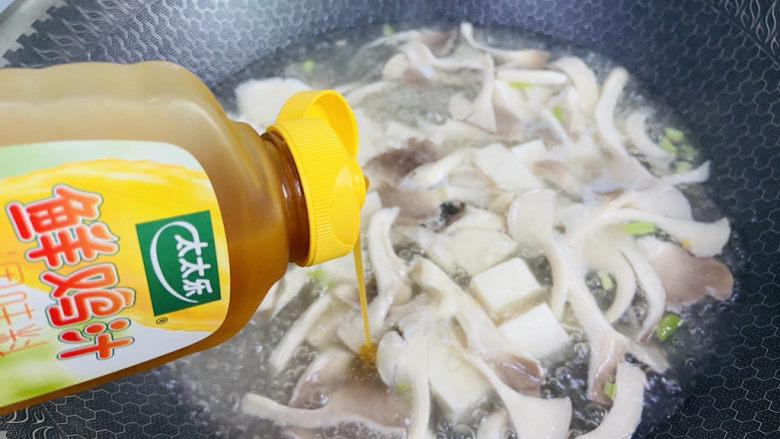 平菇豆腐汤,挤入两滴太太乐鲜鸡汁
