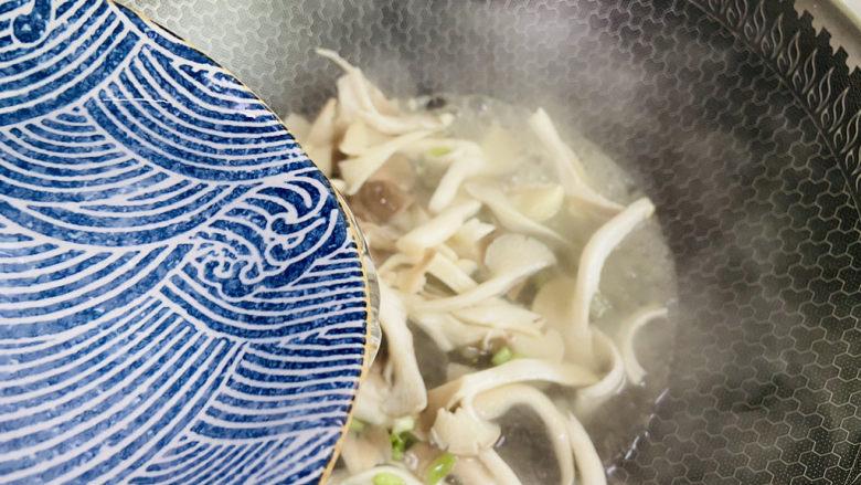 平菇豆腐汤,根据个人喜好添加热水大火烧开