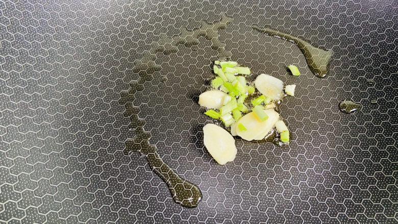 平菇豆腐汤,起油锅加入葱白、蒜片爆香