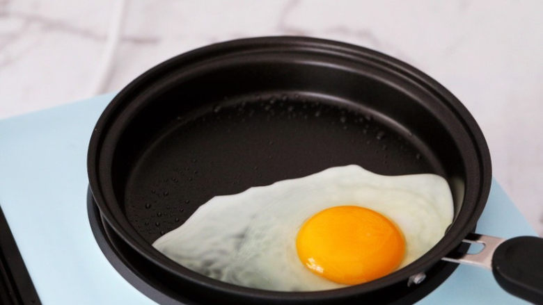紫薯鸡蛋三明治,这时候将煮锅换成煎锅,锅中刷少许油,再打入<a style='color:red;display:inline-block;' href='/shicai/ 9'>鸡蛋</a>煎熟备用