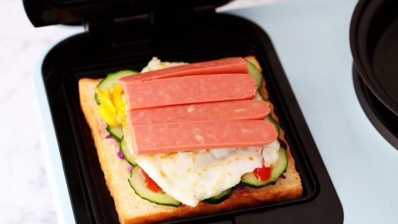 紫薯鸡蛋三明治,放入火腿肠