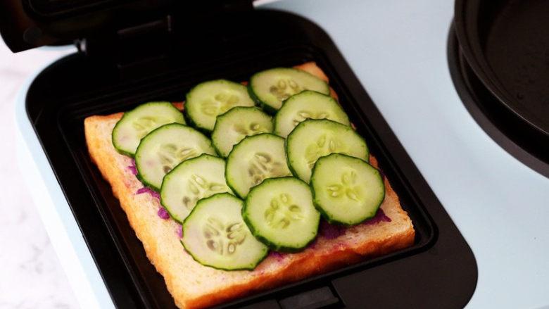 紫薯鸡蛋三明治,放入黄瓜