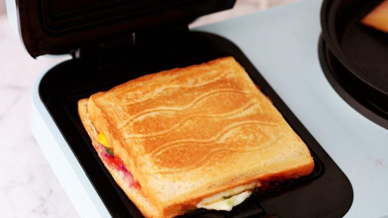 紫薯鸡蛋三明治,烤至表面金黄色